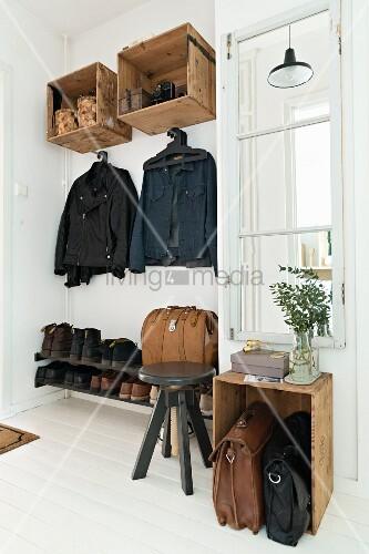 Vintage-Flur mit Garderobe aus alten Holzkisten
