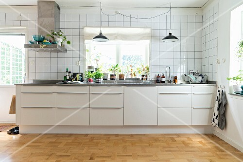wei e k chenzeile mit griffleisten vor fenster mit zimmerpflanzen an raumhoch gefliester wand. Black Bedroom Furniture Sets. Home Design Ideas