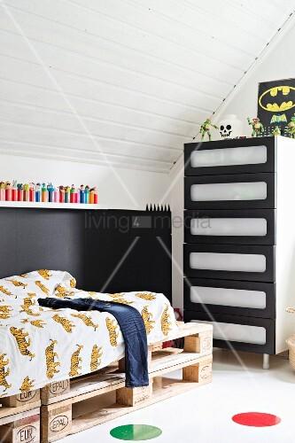 Jungenzimmer unter dem Dach mit Paletten-Bett – Bild kaufen ...