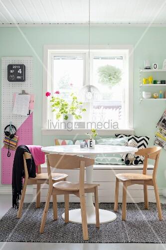 Essplatz in pastellfarbener Küche