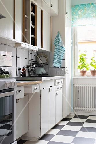50er-Jahre-Küche mit Schachbrettboden – Bild kaufen ...