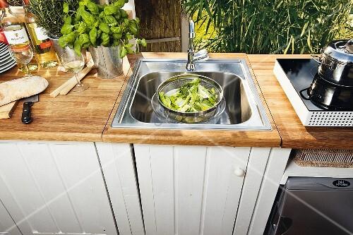 Weiß lackierter DIY-Küchenunterschrank … – Bild kaufen ...