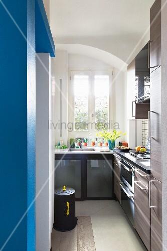 schmale k che mit blauer wand bild kaufen living4media. Black Bedroom Furniture Sets. Home Design Ideas