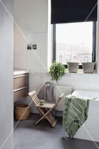 Scherenstuhl im Badezimmer in Grautönen – Bild kaufen – living4media