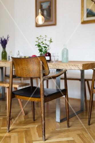 Rustikaler Esstisch mit Vintage-Stühlen auf Fischgrätparkett
