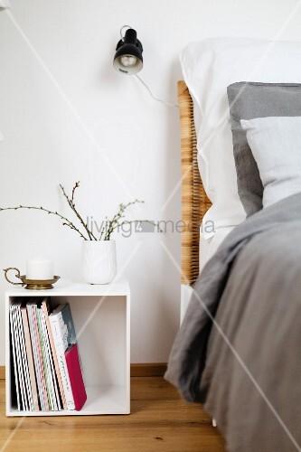 Weißer Kubus als Nachttisch