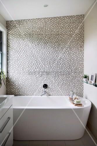 Freistehende Badewanne vor Wand mit ... – Bild kaufen ...