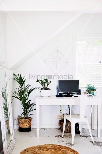 Weisser schreibtisch und klassiker bild kaufen 11503697 living4media - Schreibtisch vor fenster ...