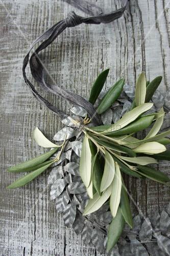 Kranz aus silbergrauen Metallblätter mit Olivenzweig