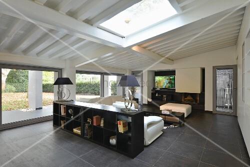 Modernes Wohnzimmer In Schwarz Weiß Mit Großer Fensterfront Unter  Dachschräge