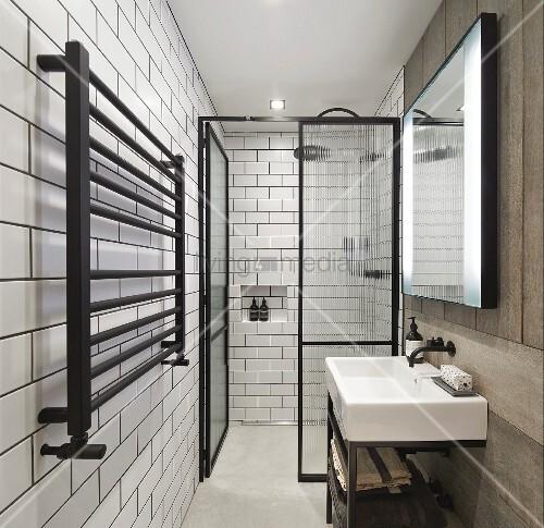 Schmales Badezimmer mit ebenerdiger Dusche und puristischem Design – Bild kaufen – living4media