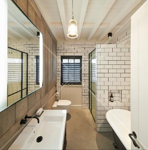 schmales badezimmer mit duschkabine freistehender wanne und puristischem design bild kaufen. Black Bedroom Furniture Sets. Home Design Ideas