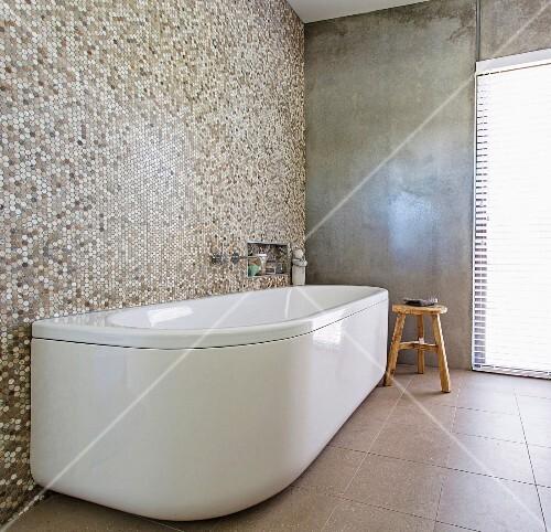 freistehende weisse badewanne an mosaikfliesenwand in. Black Bedroom Furniture Sets. Home Design Ideas