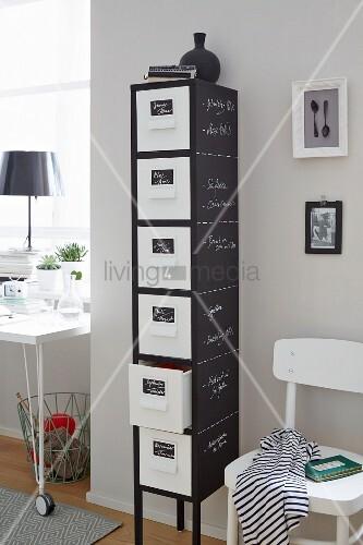Schmale hohe Schubladenkommode mit Tafelfarbe