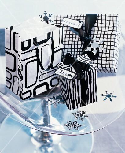 Geschenktüten und verpacktes Geschenk mit schwarz-weißem Grafik-Muster