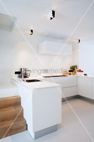 Minimalistische moderne Küche ohne Oberschränke – Bild kaufen ...
