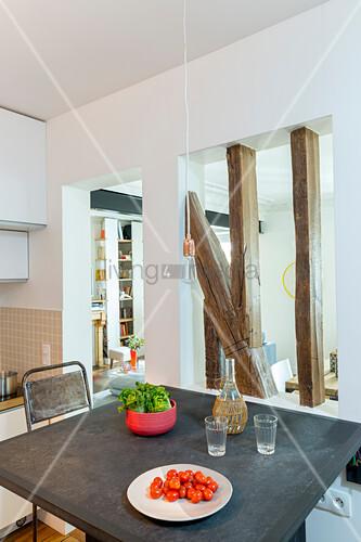 Raumteilerwand im Apartment zwischen Küche und Wohnraum