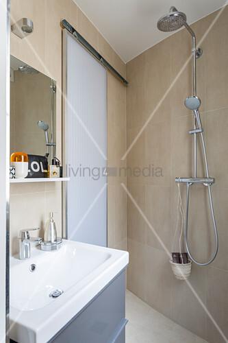 kleines badezimmer mit schiebet r und offener dusche bild kaufen living4media. Black Bedroom Furniture Sets. Home Design Ideas