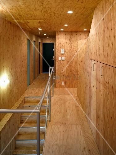 treppenhaus und flur mit holzverkleidung an wand und decke bild kaufen living4media. Black Bedroom Furniture Sets. Home Design Ideas