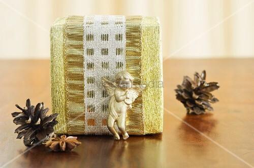 weihnachtliches p ckchen mit putte pinienzapfen. Black Bedroom Furniture Sets. Home Design Ideas