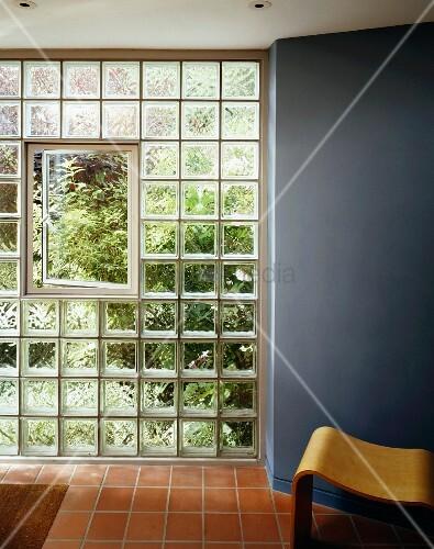 ge ffnetes fenster in glasbausteinwand und terrakottaboden im vorraum bild kaufen living4media. Black Bedroom Furniture Sets. Home Design Ideas