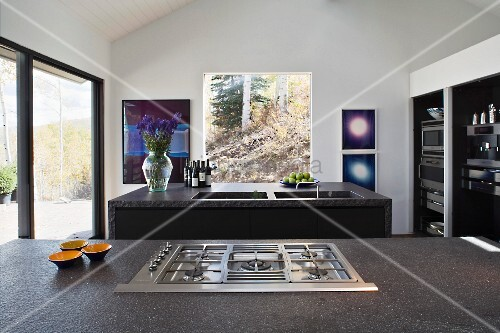 Gasherd in grauer Steinplatte vor freistehender Kücheninsel mit ...