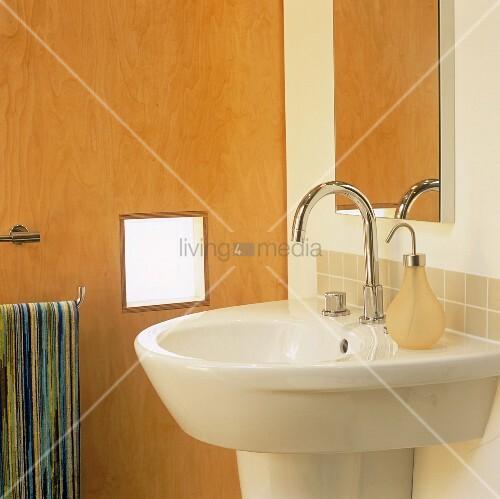 designer waschbecken mit armatur aus edelstahl und spiegel bild kaufen living4media. Black Bedroom Furniture Sets. Home Design Ideas