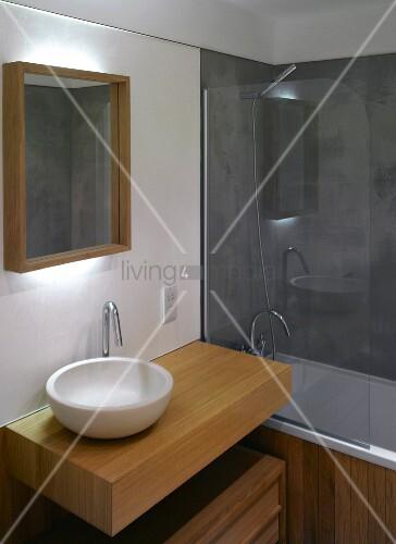 Moderner waschtisch mit weisser keramiksch ssel auf - Badewanne glastrennwand ...