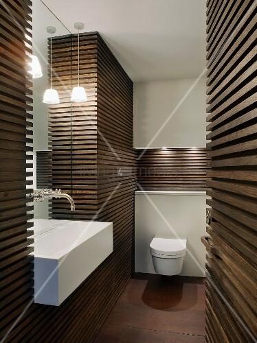 dunkle holzlamellenverkleidung an wand im designerbad bild kaufen living4media. Black Bedroom Furniture Sets. Home Design Ideas