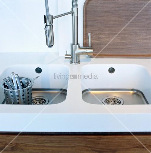 besteckkorb aus edelstahl in sp lbecken mit verchromter armatur bild kaufen living4media. Black Bedroom Furniture Sets. Home Design Ideas