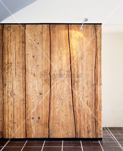 beleuchtete wand aus rustikalen holzbohlen bild kaufen. Black Bedroom Furniture Sets. Home Design Ideas