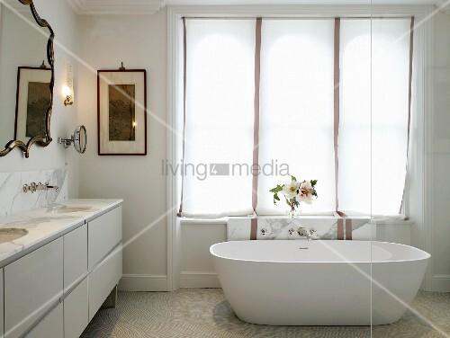 Freistehende Badewanne Vor Fenster Mit Rollovorhang In