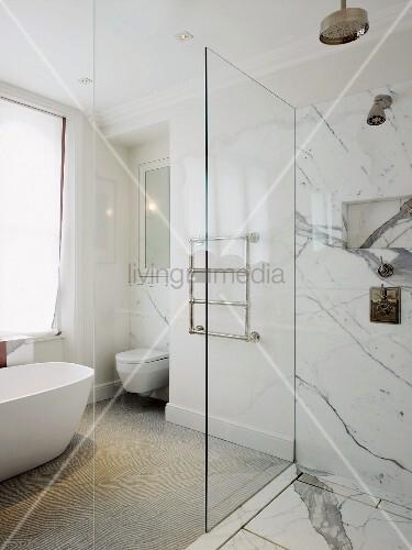 freistehende badewanne handtuchstangen und bodengleiche dusche mit expressiver. Black Bedroom Furniture Sets. Home Design Ideas