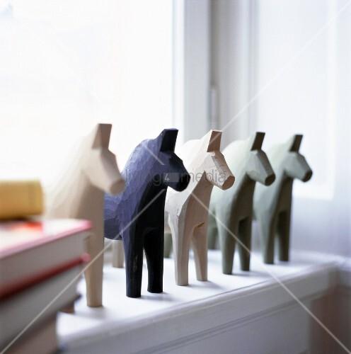 aus holz geschnitzte pferde auf der fensterbank dalapferde bild kaufen living4media. Black Bedroom Furniture Sets. Home Design Ideas
