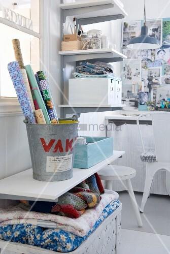 Praktische Regale und Körbe schaffen Ordnung in einem weissen Arbeitszimmer in Shabby Look