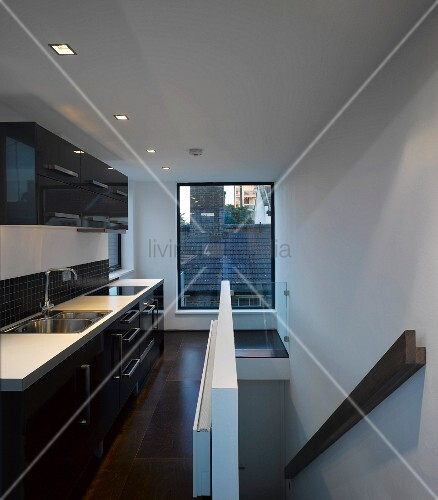 Bild Moderne Küche: Moderne Küche Mit Fenster Zum ...