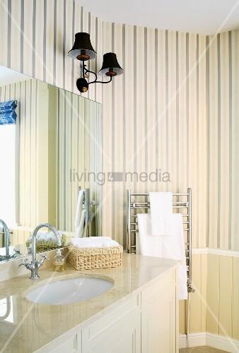 Cremefarbenes badezimmer im traditionellen stil mit gestreifter tapete schirml mpchen und - Tapete badezimmer geeignet ...