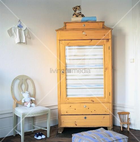 eckschrank aus holz mit glast r in einem kinderzimmer bild kaufen living4media. Black Bedroom Furniture Sets. Home Design Ideas