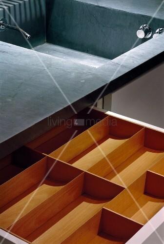 ausgezogene besteckschublade mit einsatz bild kaufen living4media. Black Bedroom Furniture Sets. Home Design Ideas