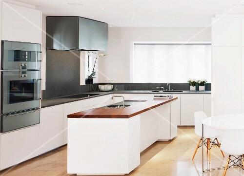 Freistehender Küchenblock in weisser Designerküche – Bild kaufen ...