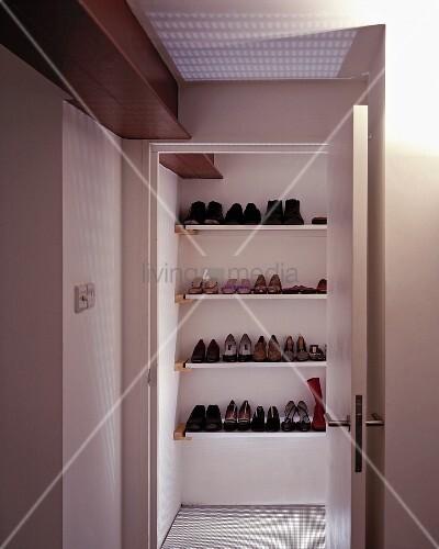 blick durch offenstehende t r auf eingebautes regal mit schuhen bild kaufen living4media. Black Bedroom Furniture Sets. Home Design Ideas