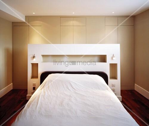 doppelbett mit weissem regal am kopfende bild kaufen living4media. Black Bedroom Furniture Sets. Home Design Ideas