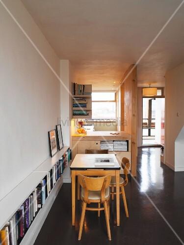 Essbereich mit Durchreiche zur Küche und ... – Bild kaufen ...