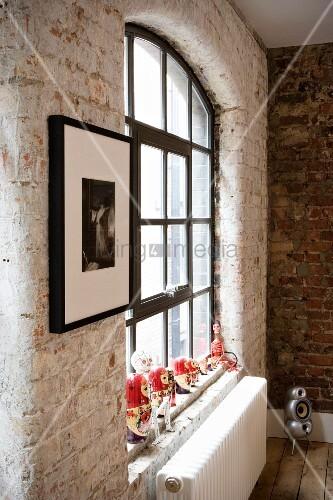 innenwand aus ziegel und fenster mit schwarzen metallsprossen bild kaufen living4media. Black Bedroom Furniture Sets. Home Design Ideas