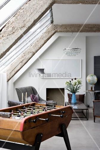 Antiker Kickertisch Unter Dachschräge Im Wohnraum