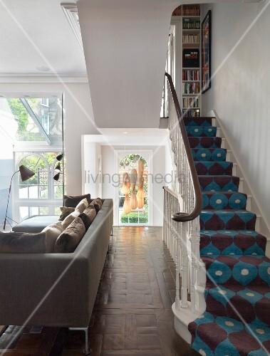 Teppichläufer Treppe ledercouch vor treppe mit gemustertem teppichläufer im 60er jahre