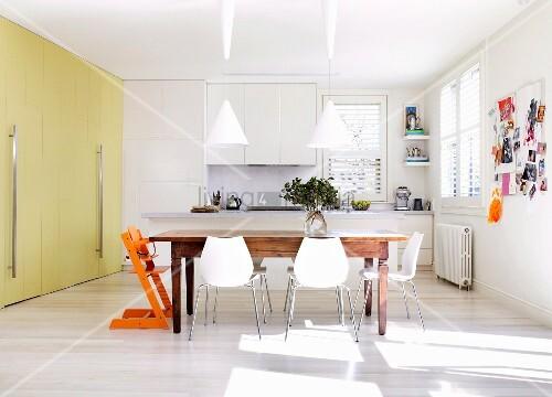 Weiße Stühle Am Rustikalen Holztisch In … – Bild Kaufen