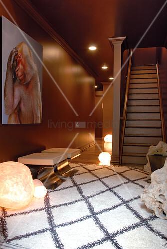 auberginefarbene diele mit gro em pavian in denkerpose und leuchtenden bodenlampen bild kaufen. Black Bedroom Furniture Sets. Home Design Ideas