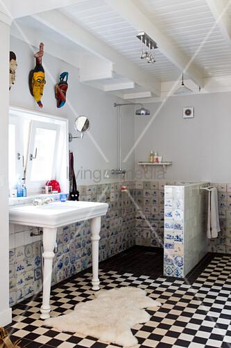 bodenfliesen in schachbrett muster und alte delfter wandfliesen im landhausbadezimmer mit. Black Bedroom Furniture Sets. Home Design Ideas