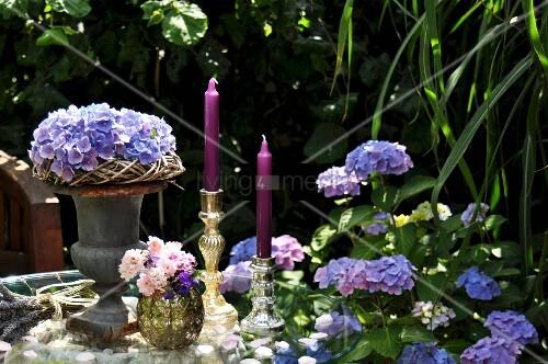 sommerliche tischdeko mit hortensien und kerzenleuchtern bild kaufen living4media. Black Bedroom Furniture Sets. Home Design Ideas
